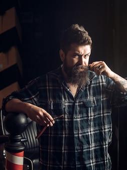 Ferramentas de barbearia em fundo de madeira velho com espaço de cópia. poste de barbearia vintage antiquado. último homem visitando o cabeleireiro na barbearia. cabeleireiro profissional no interior de uma barbearia
