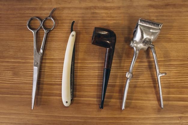 Ferramentas de barbearia em fundo de madeira