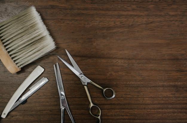 Ferramentas de barbeiro na mesa de madeira