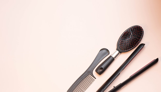 Ferramentas de cabeleireiro em fundo bege com espaço de cópia