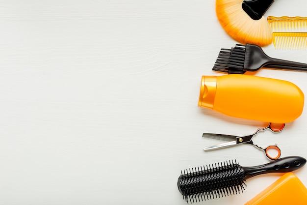 Ferramentas de cabeleireiro, equipamento de salão de cabeleireiro para cabeleireiro profissional em salão de beleza, serviço de corte de cabelo. vista superior com espaço de cópia no fundo branco