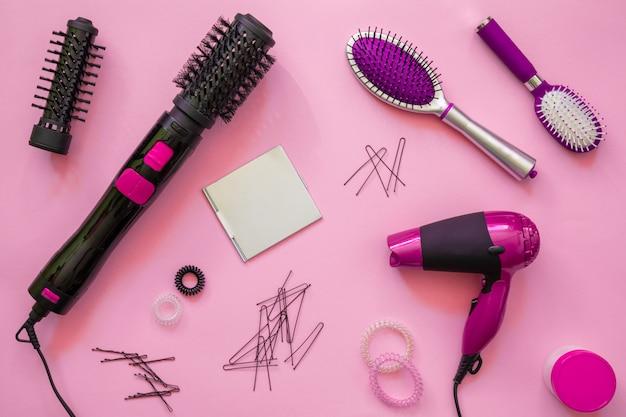 Ferramentas de cabeleireiro profissional, fundo rosa