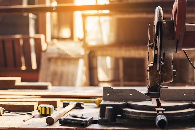 Ferramentas de carpintaria em uma bancada de trabalho antiga: conceito de carpintaria, artesanato e trabalho manual