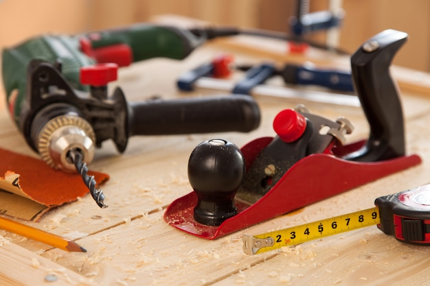 Ferramentas de carpintaria em uma mesa de carpinteiros