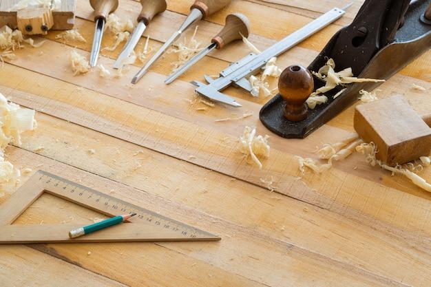 Ferramentas de carpintaria na mesa de madeira