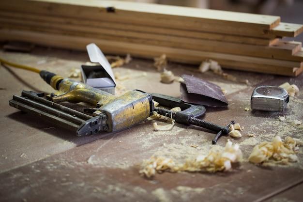 Ferramentas de carpinteiro em uma mesa de madeira