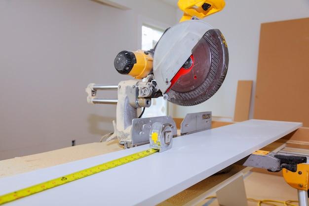 Ferramentas de carpinteiro na mesa de madeira com serragem. carpenter workplace