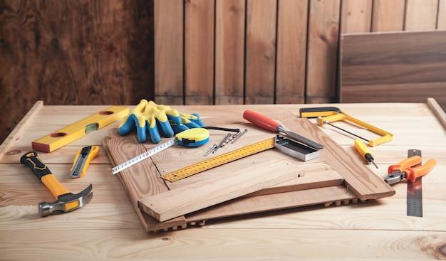 Ferramentas de carpinteiro na mesa de madeira.