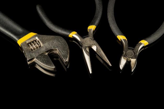 Ferramentas de construção definidas em fundo preto isolado, preparadas por artesão profissional antes da renovação ou construção