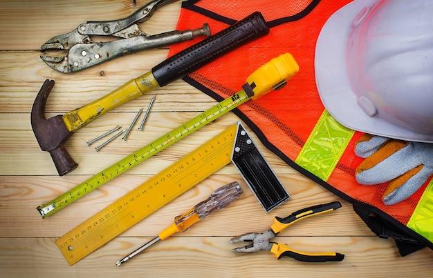 Ferramentas de construção na mesa do trabalhador