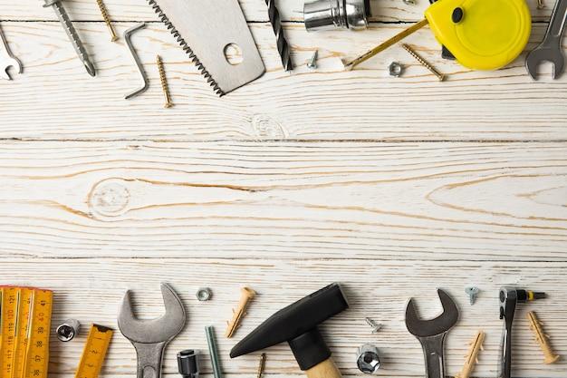 Ferramentas de construção na mesa, espaço para texto