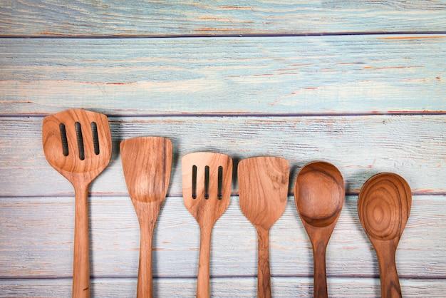 Ferramentas de cozinha natural produtos de madeira / utensílios de cozinha com espátula de concha de colher vários tamanhos objeto utensílio conceito de madeira
