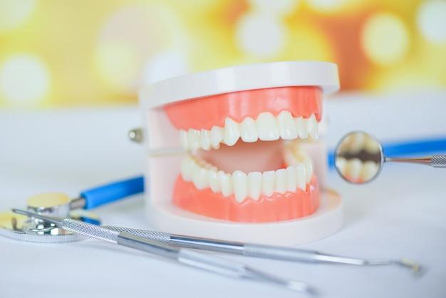 Ferramentas de dentista com dentaduras