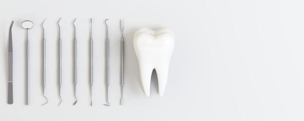 Ferramentas de dentista com dentes em fundo branco.