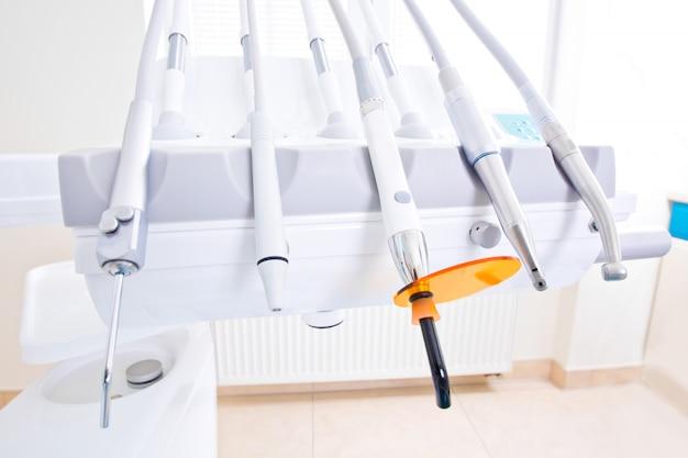 Ferramentas de dentista profissional no consultório odontológico.