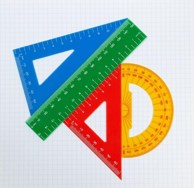 Ferramentas de desenho da escola. triângulo, régua, transferidor.
