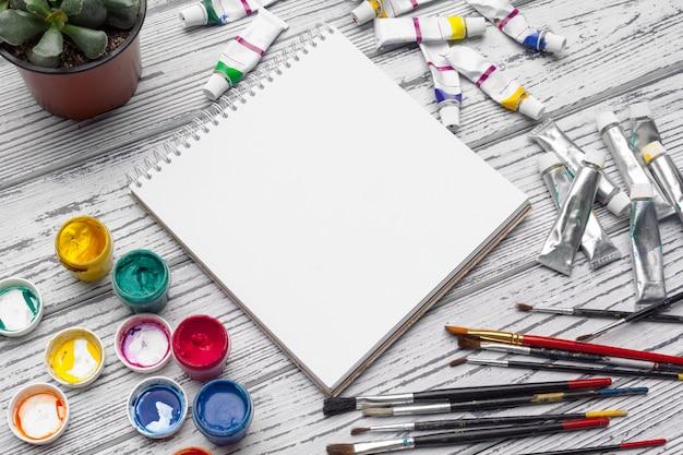 Ferramentas de desenho, material de papelaria, local de trabalho de um artista