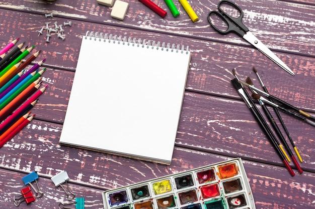 Ferramentas de desenho, material estacionário, local de trabalho do artista