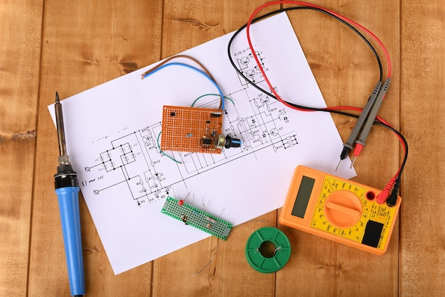 Ferramentas de eletricista para consertar placas de circuito elétrico.