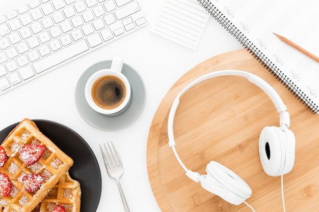 Ferramentas de escritório e waffles na mesa