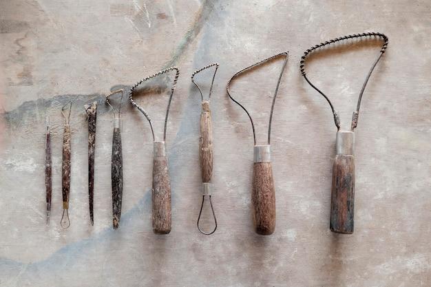 Ferramentas de escultura. ferramentas de arte e artesanato em fundo de madeira vintage. fechar-se.