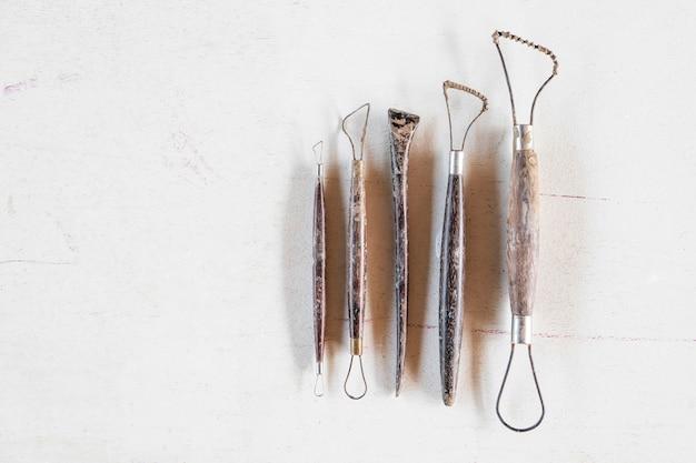 Ferramentas de escultura. ferramentas de arte e artesanato em um fundo branco.