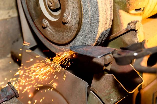 Ferramentas de ferro de afiar com brilhos - oficina de forja