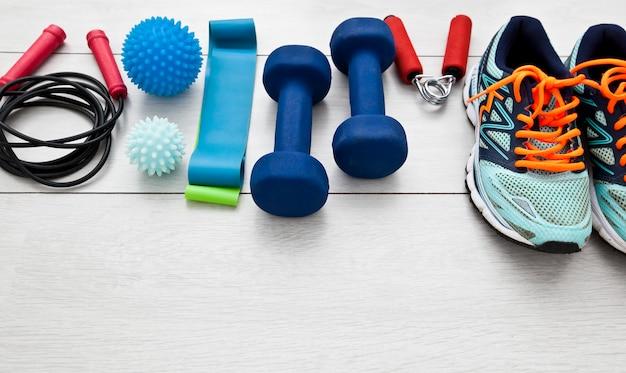 Ferramentas de fitness e um equipamento no piso de madeira. conceito de treinamento físico em casa e ficar em casa