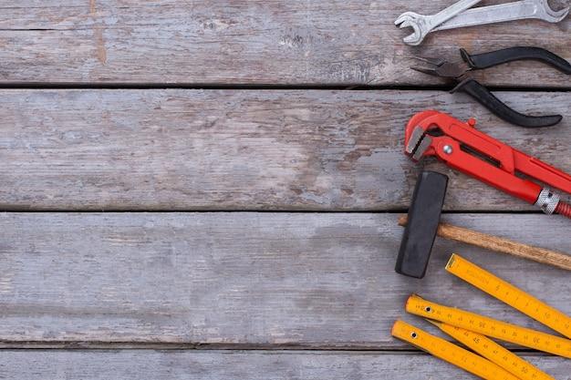 Ferramentas de hardware em fundo de madeira