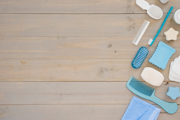 Ferramentas de higiene na mesa de madeira