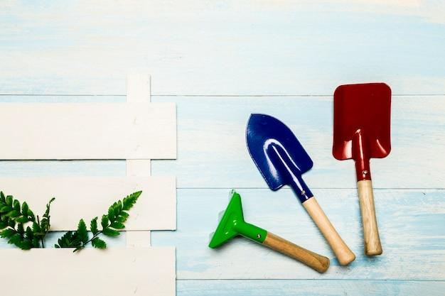 Ferramentas de jardim com pedaço de vedação