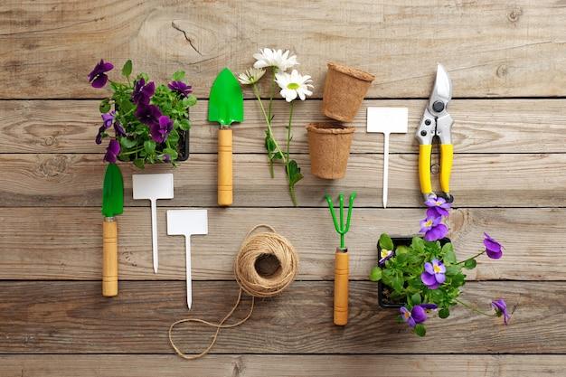 Ferramentas de jardinagem na mesa de madeira.