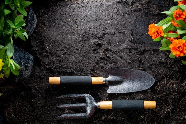 Ferramentas de jardinagem para iniciar o seu pequeno conjunto de agricultura de plantio de jardim Foto Premium
