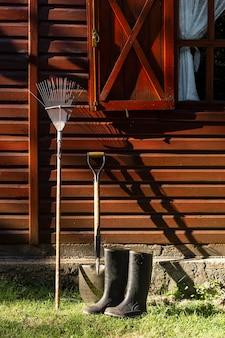 Ferramentas de jardineiro ao lado da casa