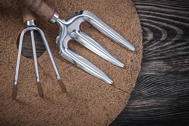 Ferramentas de jardineiro na superfície de madeira