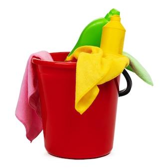 Ferramentas de limpeza e um balde vermelho isolado no fundo branco
