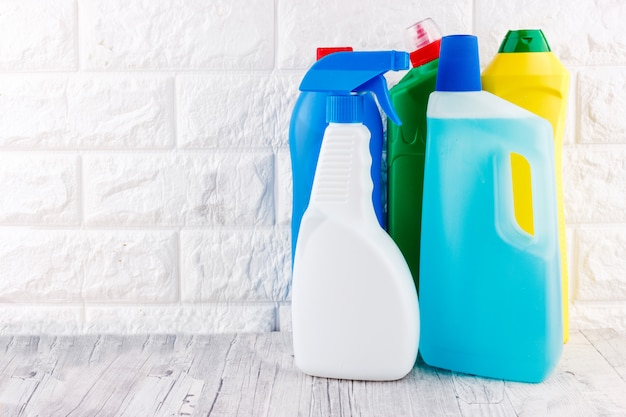 Ferramentas de limpeza - líquido, pasta, gel em recipientes de plástico.