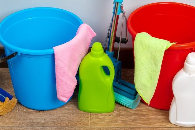 Ferramentas de limpeza para limpeza doméstica em piso de madeira