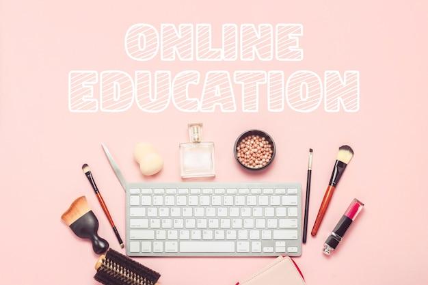 Ferramentas de maquiagem e beleza, teclado em uma superfície rosa. o conceito de aprendizagem através da internet, a ordem dos cosméticos na loja online. vista plana, vista superior