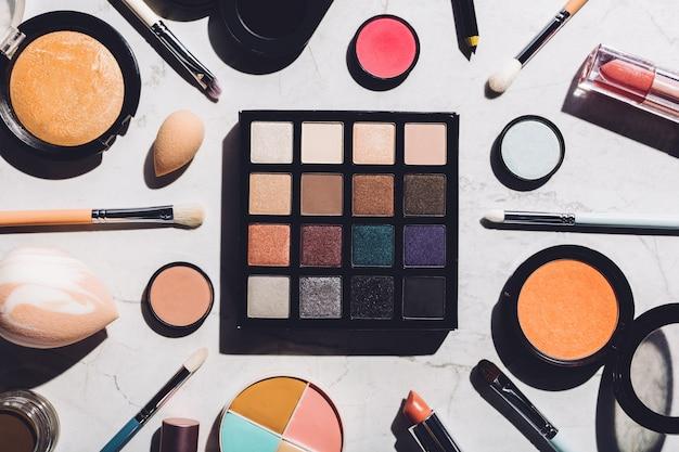 Ferramentas de maquiagem profissional que colocam juntos