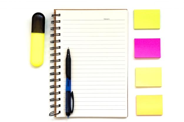 Ferramentas de objeto do office. blocos de papel para anotações sobre fundo branco, caneta.