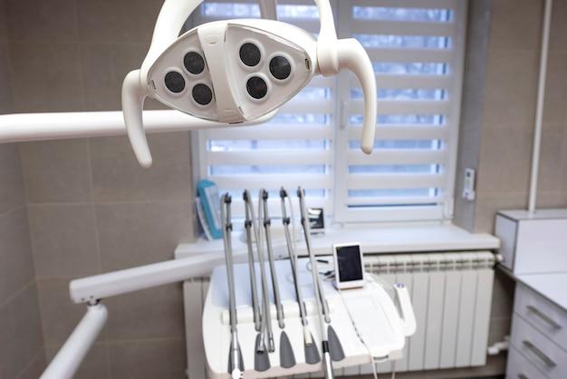 Ferramentas de odontologia em um gabinete