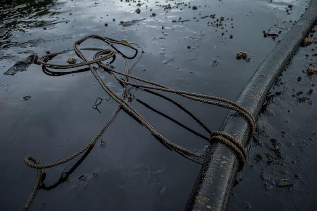 Ferramentas de óleo gorduroso e ambiente poluidor na ilha de samet, rayong, tailândia