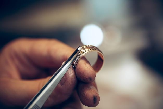 Ferramentas de ourives diferentes no local de trabalho de jóias. joalheiro no trabalho em jóias.