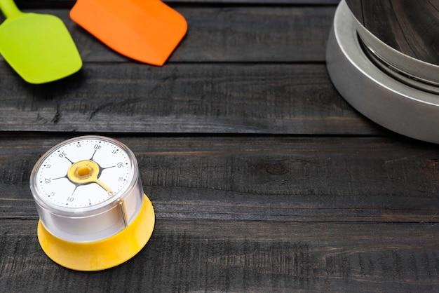 Ferramentas de padaria e cozinha com cronometragem de cozinha em mesa de madeira