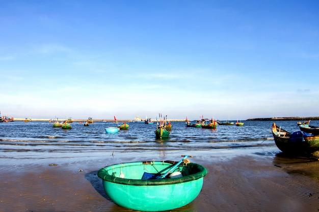 Ferramentas de pesca do vietnã e bela praia branca com céu azul no vietnã
