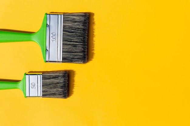 Ferramentas de pintura. pincéis e rolo. pintura fornece rolo de pintura e pincel nos acessórios para reforma de casa