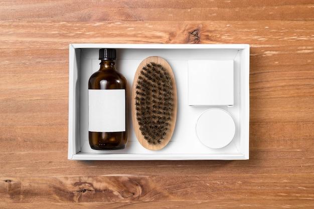 Ferramentas de preparação de barbearia e óleo na placa de madeira