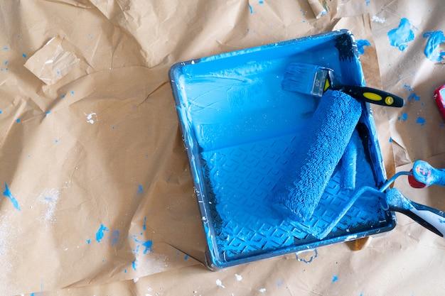Ferramentas de renovação de casa, rolo de pintura na cor azul