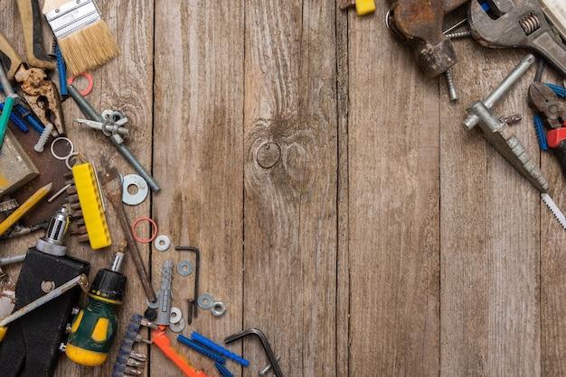 Ferramentas de reparo antigas em uma superfície de madeira